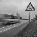 Borrão de movimento de carro em uma estrada